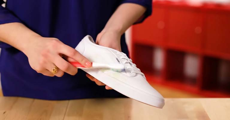 How to Get Grass Stains Out of White Shoes FI